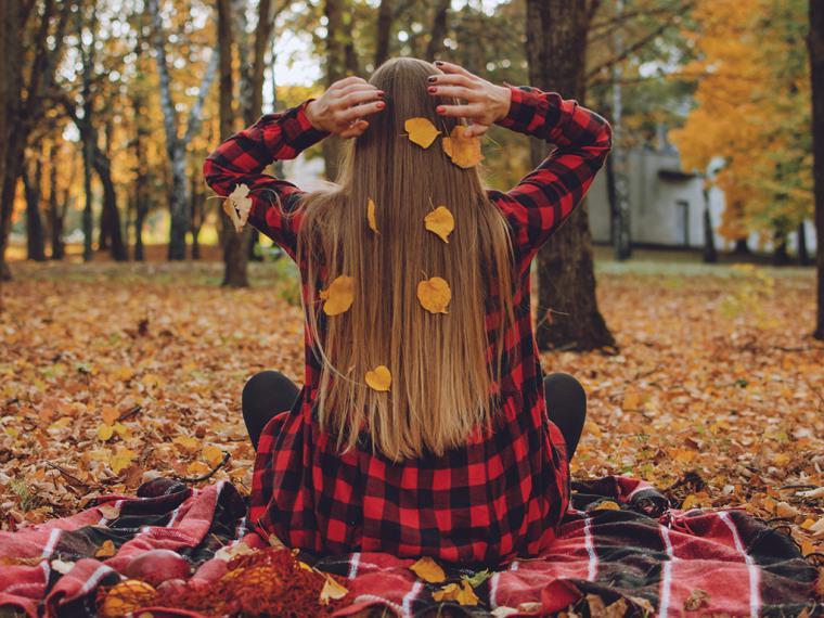 Caída de cabello estacional de otoño: qué es y cuáles son los principales aliados para combatirla