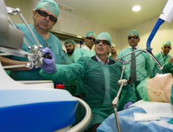 La Comunidad implanta el primer sistema de cirugía robótica flexible de España, que permite operar sin cicatriz