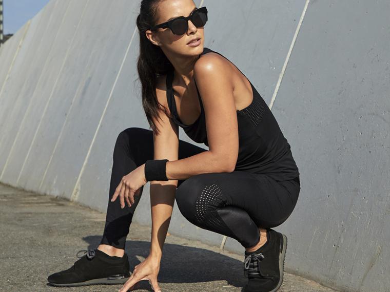 Nueva línea de ropa sostenible para mujeres deportistas y sofisticadas