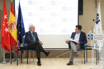 Enrique Ruiz Escudero, consejero de Sanidad de la Comunidad de Madrid, visita la Universidad Francisco de Vitoria y mantiene un encuentro con los alumnos