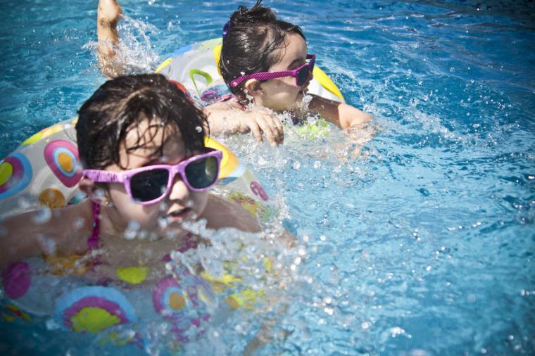 Los baños en la piscina o playa pueden potenciar el desarrollo de otitis