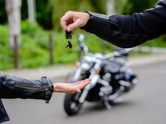 ¿Cuáles son los derechos y obligaciones en la compraventa de una moto?