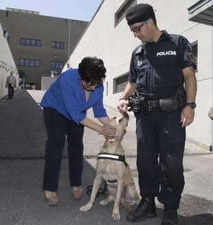 Susana Pérez Quislant saludando a un agente canino
