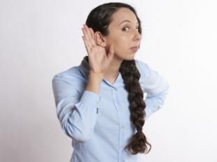 Se acerca el verano: por qué es un peligro para los audífonos