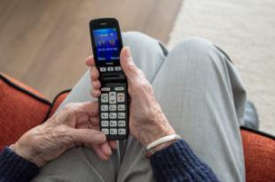 La Comunidad de Madrid ofrece un curso online para que los mayores aprendan a usar el móvil
