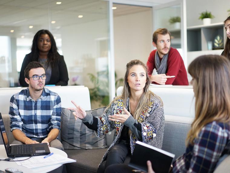 Las mujeres emprendedoras trabajan más en equipo y tienen jornadas laborales más cortas que los hombres
